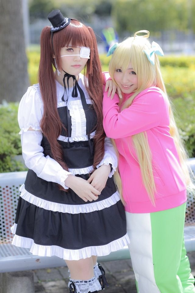 From left to right: Nichika Ohmori dressed as Yurine Hanazono and Aina Suzuki dressed as Jashin-chan | Voice Actresses Michika Ohmori (Yurine Hanazono) and Aina Suzuki (Jashin-chan) | Anime Dropkick on My Devil Cosplay