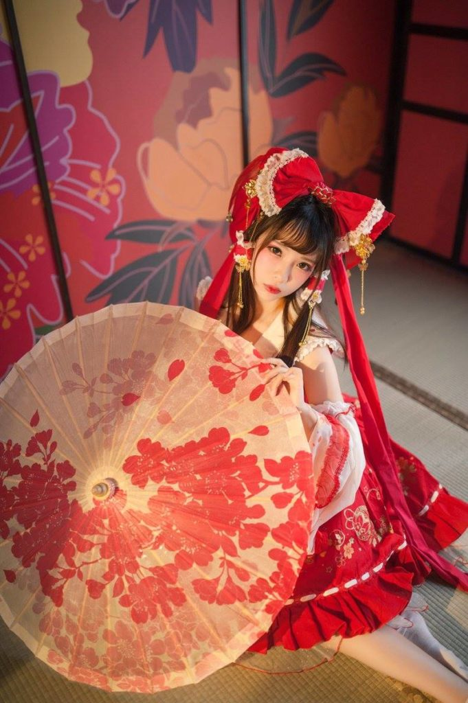 Eroko Chiba as Reimu Hakurei from 'Touhou Project' | World Cosplayer: Eroko Chiba from China